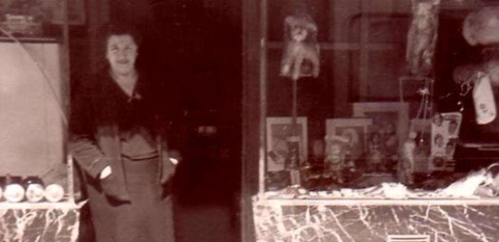 Angeles Trelles en la drogería 1955